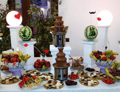 Candy bar cu fântâni de ciocolată, fructe și pepeni sculptați