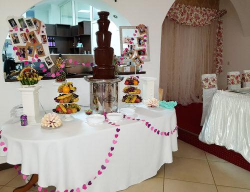 Fântână de ciocolată, masă cu fructe și candy bar