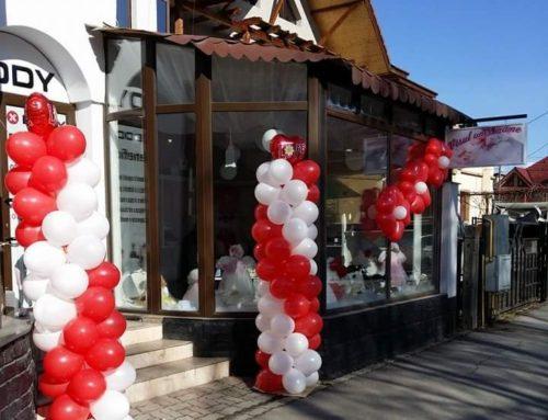 Coloane de baloane alb-roșu, inaugurare spațiu comercial