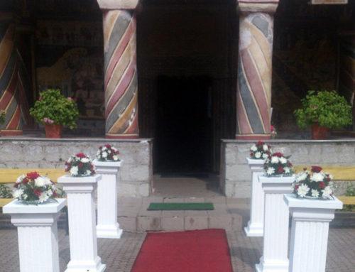 Coloane romane, crizantema albă și grena, covor roșu