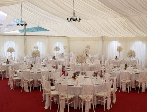 Decor de nuntă în cort alb mobil, cu scaune chiavari