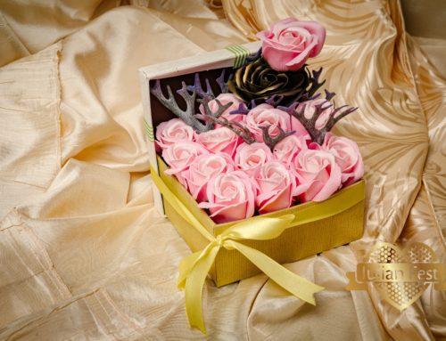 Cutie cu trandafiri de sapun roz + patinat